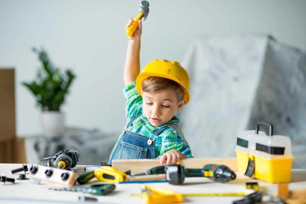 Dreng der leger med børneværktøj